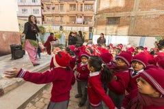 加德满都,尼泊尔-在舞蹈课期间的学生在小学 免版税库存照片