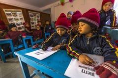 加德满都,尼泊尔-在英语课的未知的学生在小学 免版税库存照片