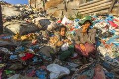 加德满都,尼泊尔-孩子和他的父母在午餐期间在断裂在工作在转储之间 库存照片