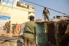 加德满都,尼泊尔-尼泊尔警察在住宅贫民窟的爆破的操作时 免版税图库摄影