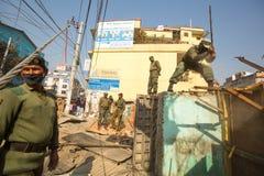 加德满都,尼泊尔-尼泊尔警察在住宅贫民窟的爆破的操作时 免版税库存照片