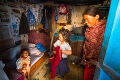 加德满都,尼泊尔-当地人在他的房子里在城市的一个恶劣的区域 库存照片