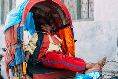 加德满都,尼泊尔- 02 2015年5月 人力车人 免版税图库摄影