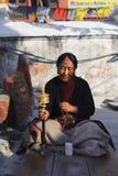 加德满都,尼泊尔- 2011年11月26日:在Baudhanath寺庙的老西藏佛教夫人祷告念珠 在1979年, Boudhanath是联合国 免版税库存照片