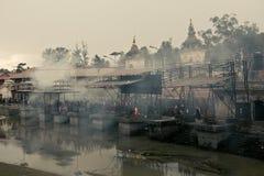 加德满都,尼泊尔- 2017年1月01日:死的人清除圣洁火的 免版税库存照片
