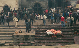 加德满都,尼泊尔- 1月01,2017 :死的人清除圣洁火的 免版税库存照片