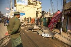 加德满都,尼泊尔-未知的尼泊尔警察在住宅贫民窟的爆破的操作时 库存图片