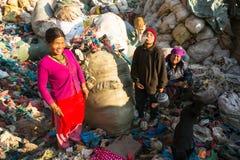 加德满都,尼泊尔-从运作在排序的更加恶劣的区域的人们在转储的塑料 库存图片