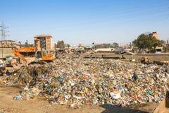 加德满都,尼泊尔-从运作在排序的更加恶劣的区域的人们在转储的塑料 免版税图库摄影