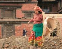 加德满都/尼泊尔2017 1月01日,妇女重建了erthquake损坏的大厦 库存图片