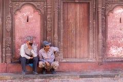 加德满都Durbar广场的两个人 免版税库存图片
