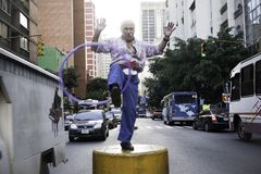 加拉加斯, Dtto资本/委内瑞拉05-27-2012 :老人告诉了玩杂耍与在公开路的一个圆环的何塞在†‹â€ ‹加州区域  库存照片