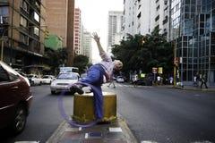 加拉加斯, Dtto资本/委内瑞拉05-27-2012 :老人告诉了玩杂耍与在公开路的一个圆环的何塞在†‹â€ ‹加州区域  免版税图库摄影