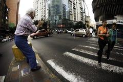 加拉加斯, Dtto资本/委内瑞拉05-27-2012 :老人告诉了玩杂耍与在公开路的一个圆环的何塞在†‹â€ ‹加州区域  库存图片