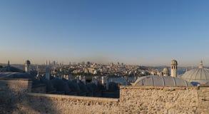加拉塔和Bosphorus全景视图,如被看见从Suleymaniye清真寺在伊斯坦布尔,土耳其 库存照片