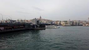 加拉塔大桥和轮渡有加拉塔石塔的背景的在伊斯坦布尔土耳其 股票视频