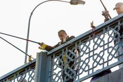 加拉塔大桥的渔夫在博斯普鲁斯海峡在伊斯坦布尔 免版税库存照片