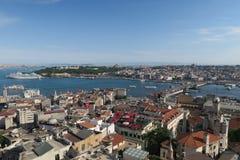 加拉塔桥梁、金黄垫铁和Istanbuls Oldtown Sultanahmet,如被看见从Galatatower 免版税图库摄影