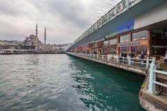加拉塔桥梁在有许多渔夫的伊斯坦布尔 库存照片