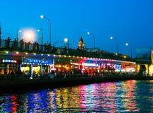 加拉塔桥梁的渔夫在晚上 免版税库存照片