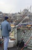 加拉塔桥梁的渔夫在背景清真寺Suleiman 伊斯坦布尔 免版税库存照片