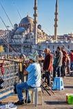 加拉塔桥梁的渔夫有backgroun的蓝色清真寺的 免版税库存图片