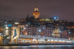加拉塔石塔和加拉塔大桥有许多的鱼餐馆夜景的在是著名旅游区Ist的金黄垫铁Eminonu 库存图片