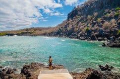 加拉帕戈斯,厄瓜多尔, 2018年3月, 19 :享受加拉帕戈斯群岛的风景室外观点的华美的少妇 免版税库存图片
