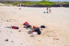 加拉帕戈斯,厄瓜多尔2018年11月,11:turists衣裳室外看法放置在黄沙的位于巴托洛梅岛 免版税库存图片