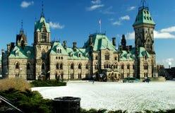 加拿大东部议会飞过 免版税库存照片