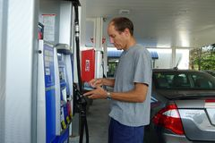 加拿大人买的气体在美国 库存照片
