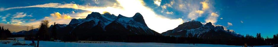 加拿大人罗基斯在坎莫尔,阿尔伯塔的全景视图 库存照片