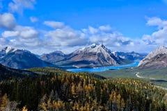 加拿大人罗基斯环境美化与用雪和金钱松和山盖的湖在秋天 图库摄影