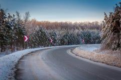 加拿大冬天冰冷的公路状况 免版税库存照片