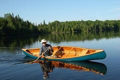 加拿大划独木舟的人北安大略 免版税库存照片