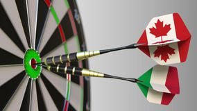 加拿大和意大利的旗子击中目标的舷窗的箭的 概念性的国际合作或的竞争 股票视频