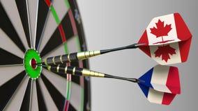 加拿大和法国的旗子击中目标的舷窗的箭的 概念性的国际合作或的竞争 股票视频