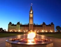 加拿大国会和英雄发火焰在黄昏,渥太华 免版税库存图片