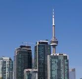 加拿大国家电视塔和公寓房 库存照片