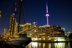 加拿大国家电视塔和帝国桑迪 免版税图库摄影