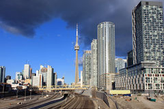 加拿大国家电视塔和铁路轨道 图库摄影