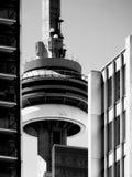加拿大国家电视塔,在两座高层建筑物之间的Totonto 免版税库存图片