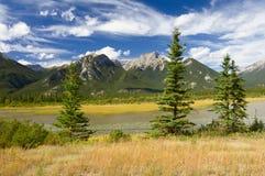 加拿大多云横向山岩石天空 免版税图库摄影