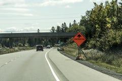 加拿大安大略09 09 2017个桔子在路的建筑工人标志到在trans加拿大的距离里 免版税库存照片