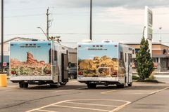 加拿大安大略30 09 2017停放了巡航美国露营车汽车在巡航加拿大RV旁边的 免版税图库摄影