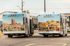 加拿大安大略30 09 2017停放了巡航美国露营车汽车在巡航加拿大RV旁边的 库存图片