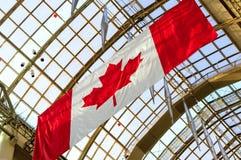 加拿大旗子和玻璃屋顶在背景中 免版税库存图片