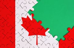 加拿大旗子在与自由绿色拷贝空间的一完整拼图被描述在右边 库存照片