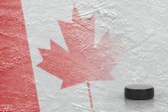 加拿大旗子的图象与冰球的 免版税图库摄影