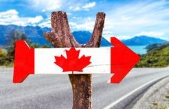 加拿大木标志有路背景 免版税库存照片